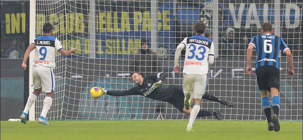 Handanovic salva l\'Inter parando il rigore di Muriel (Getty)