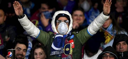 25/2/2020: un tifoso con mascherina durante Napoli-Barcellona di UEFA Champions League (getty)