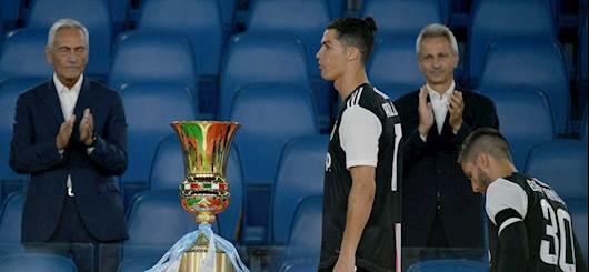 I giocatori della Juventus mentre passano accanto alla Coppa Italia (Getty Images)