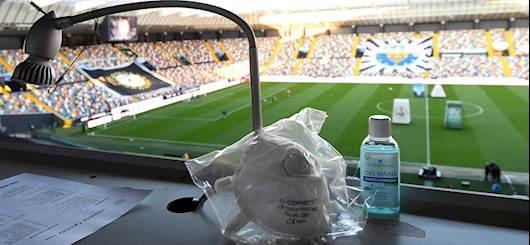 Il calcio al tempo del coronavirus. Mascherina e gel disinfettante allo stadio (Getty)