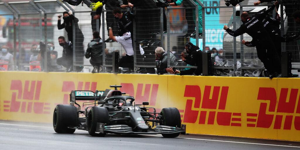 Lewis Hamilton taglia il traguardo del Gp di Turchia (Getty Images)