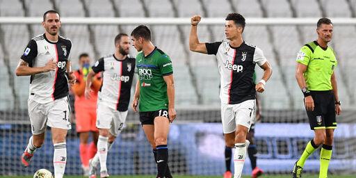 Cristiano Ronaldo esulta dopo la rete del definitivo 2-2 (Getty Images)