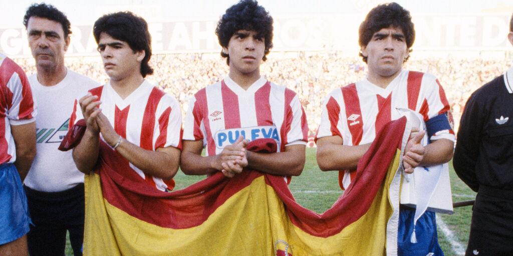 Maradona con i fratelli Hugo e Raul (getty)