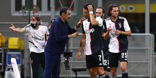Sarri con i giocatori della Juve (getty)