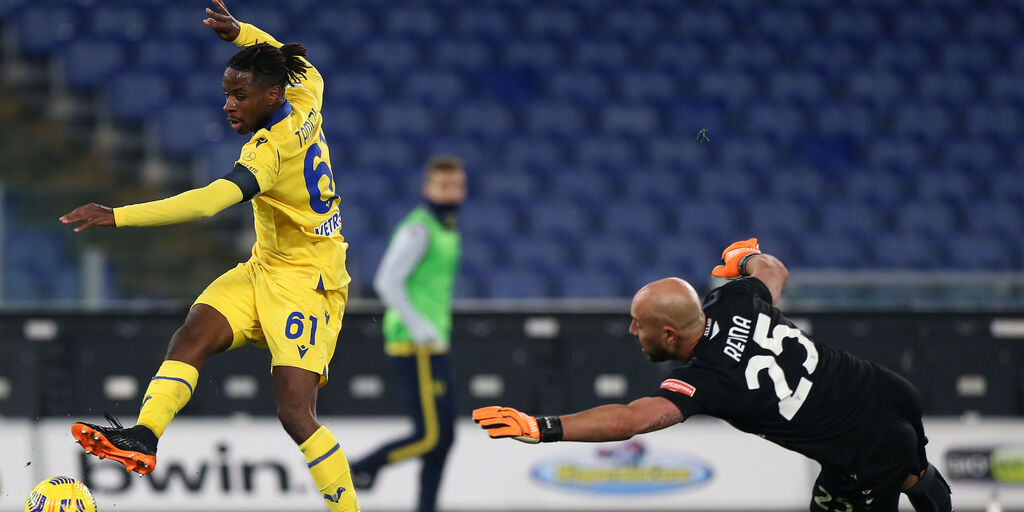 Lazio-Verona: Tameze supera Reina e segna l\'1-2 (Getty Images)